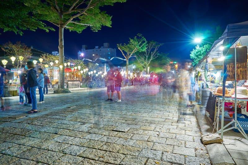 La gente caminó en el pueblo de Tiehua Art Music por la calle del mercado de la noche para hacer compras y disfruta de música fotografía de archivo libre de regalías