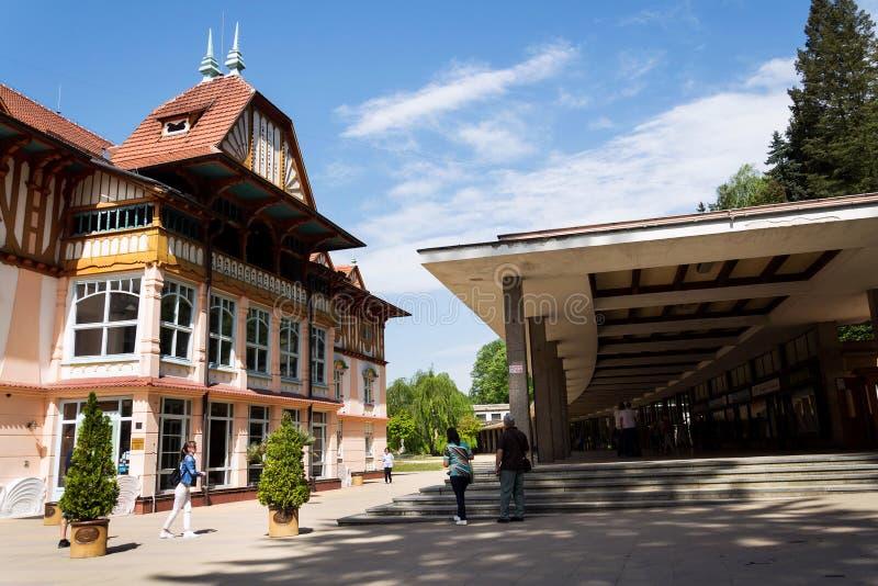 La gente camina alrededor de la casa ultural de Jurkovicuv del monumento, balneario Luhacovice, República Checa imagen de archivo
