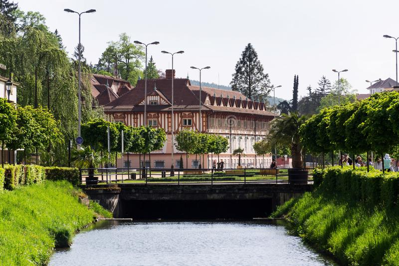 La gente camina alrededor de la casa ultural de Jurkovicuv del monumento, balneario Luhacovice, República Checa imágenes de archivo libres de regalías