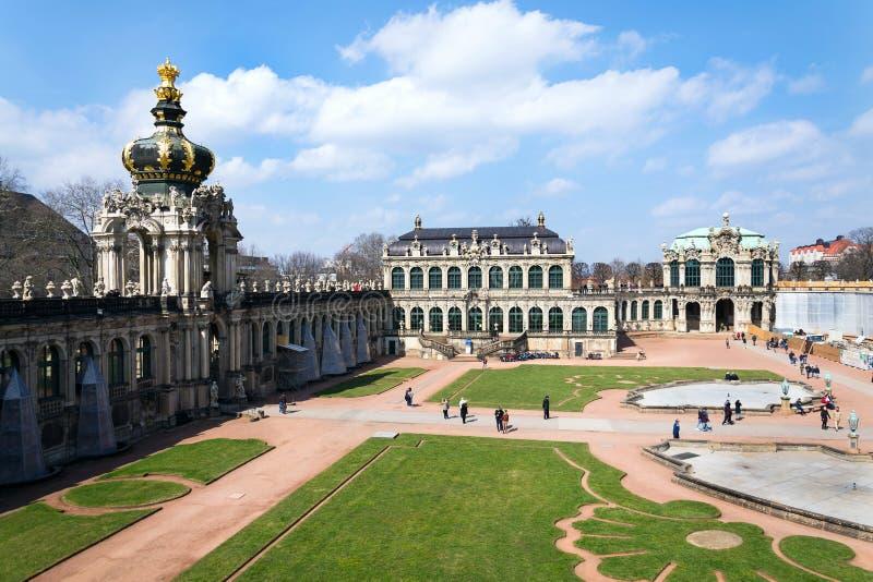 La gente camina alrededor del palacio barroco de Zwinger en Dresden, Alemania fotografía de archivo