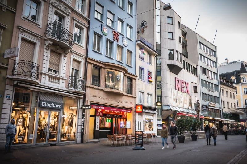 La gente camina en la calle peatonal que hace compras de Steinenvorstadt imagen de archivo libre de regalías