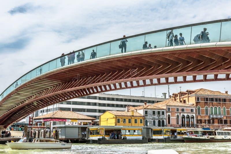 La gente camina en la constituci?n o el puente de Calatrava sobre Grand Canal en Venecia fotos de archivo
