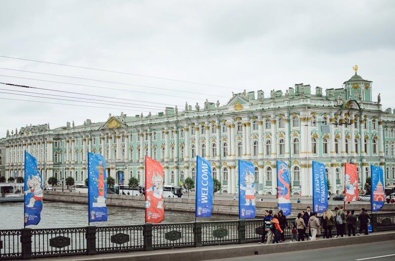 La gente camina en el puente a través del Neva en St Petersburg Se adorna el puente fotografía de archivo
