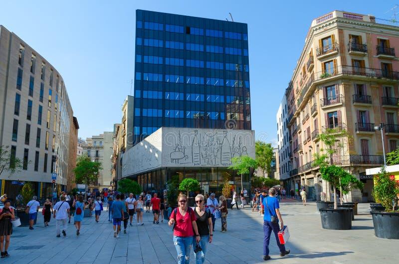 La gente camina en nuevo Placa cuadrado Nova en el cuarto gótico, Barcelona, España imágenes de archivo libres de regalías