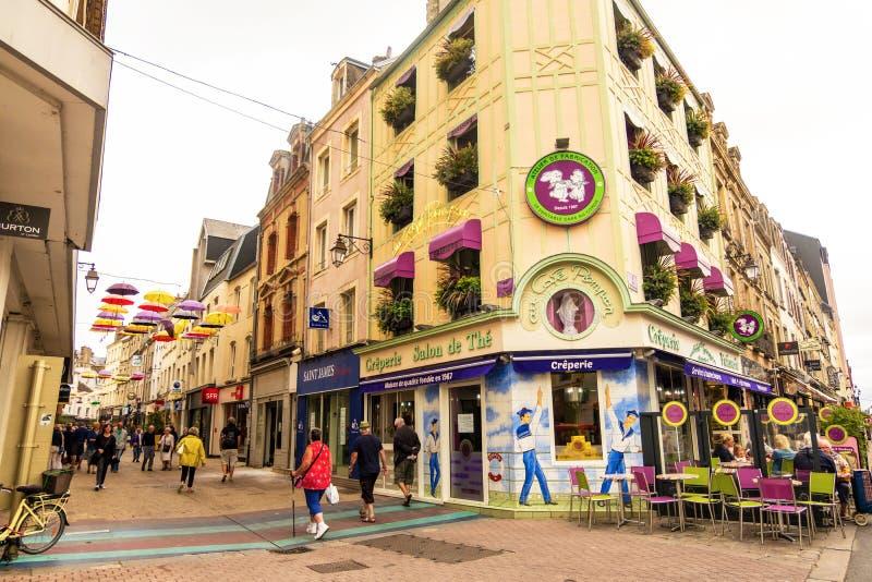 La gente camina a lo largo de la calle que hace compras peatonal debajo de los paraguas de Cherbourg Normand?a Francia fotos de archivo libres de regalías
