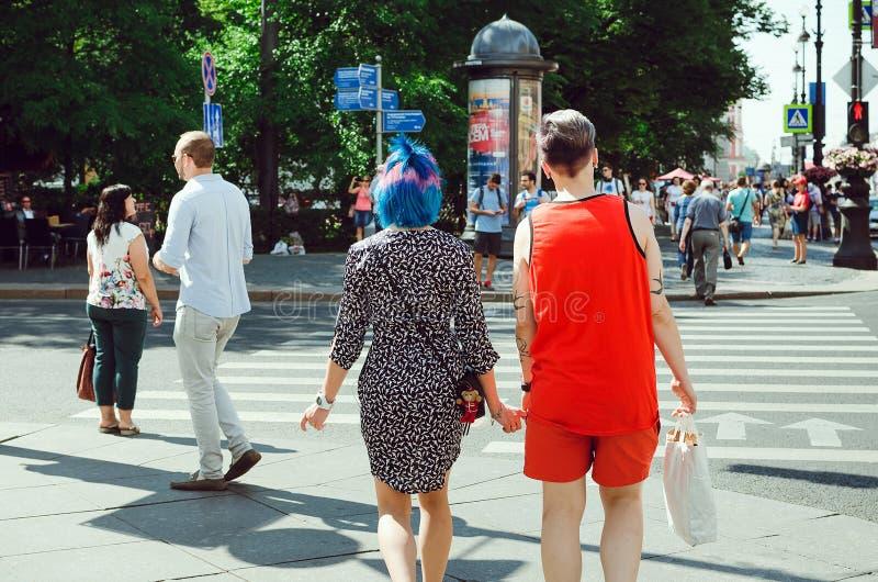 La gente camina a lo largo de la perspectiva de Nevsky en St Petersburg foto de archivo libre de regalías