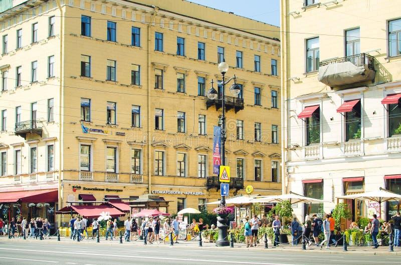 La gente camina a lo largo de la perspectiva de Nevsky en St Petersburg foto de archivo