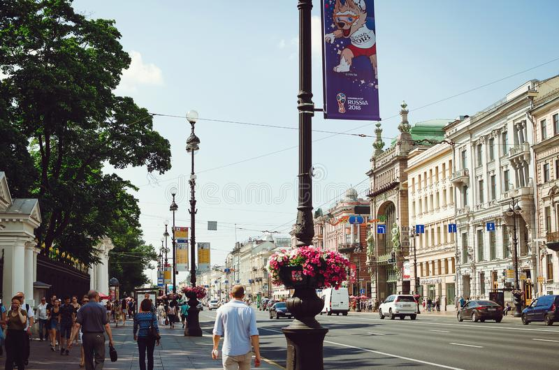 La gente camina a lo largo de la perspectiva de Nevsky en St Petersburg fotos de archivo