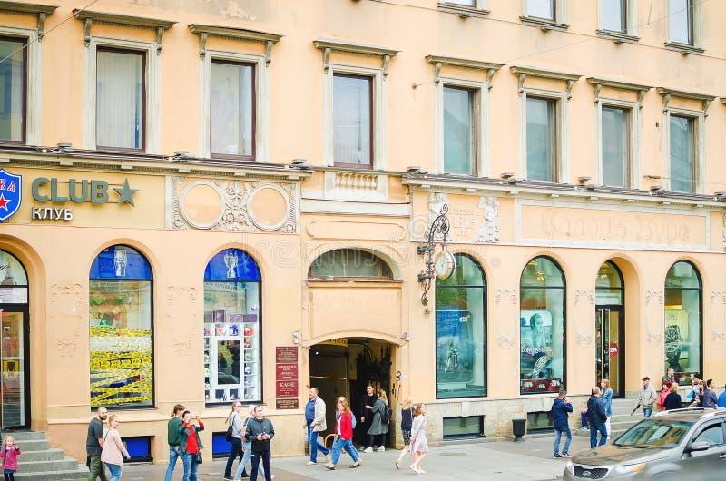 La gente camina a lo largo del Nevsky Prospekt en St Petersburg imagenes de archivo