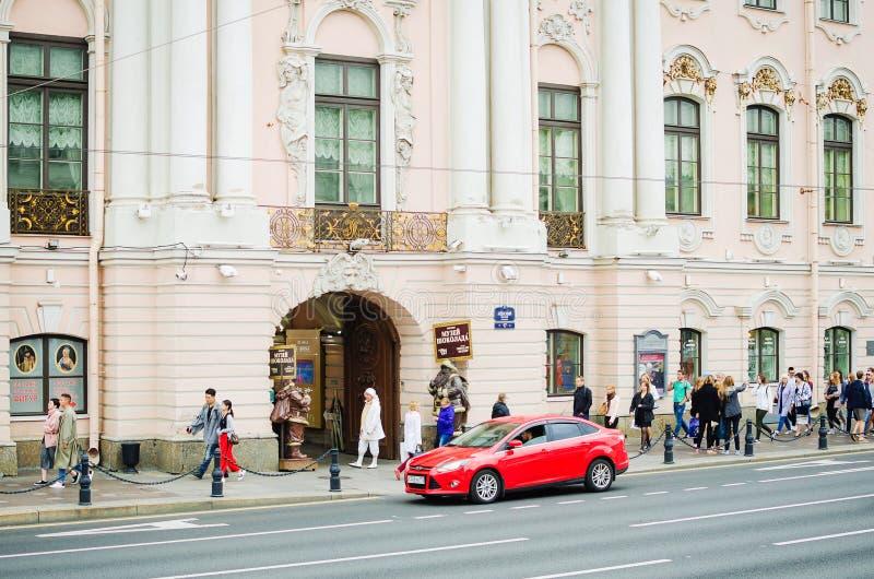 La gente camina a lo largo del Nevsky Prospekt en St Petersburg imagen de archivo libre de regalías