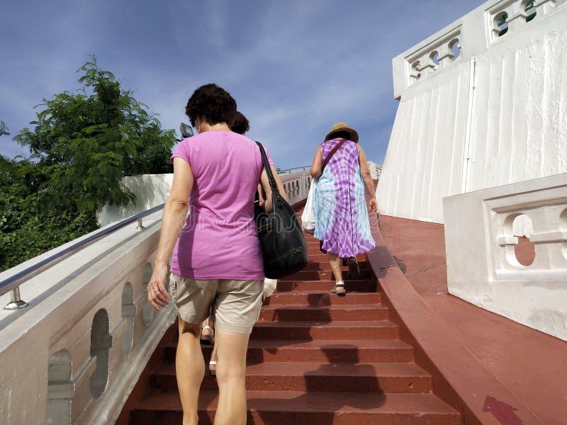La gente camina para arriba para ver la belleza de la montaña de oro fotografía de archivo libre de regalías