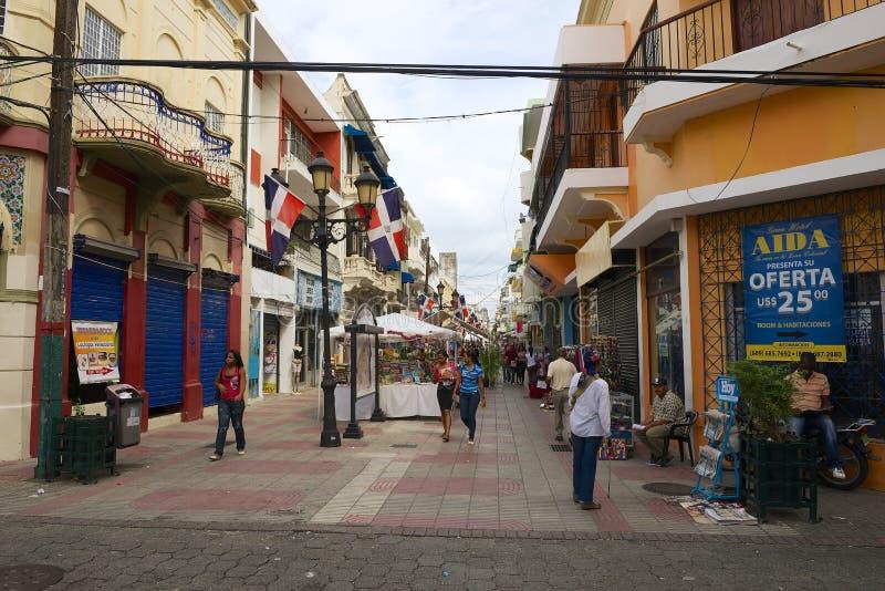 La gente camina por la calle que hace compras peatonal en Santo Domingo, República Dominicana foto de archivo libre de regalías