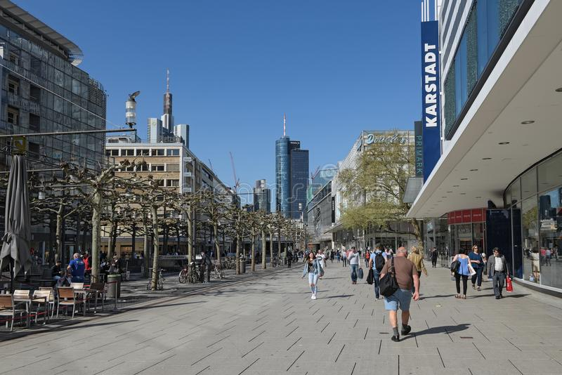 La gente camina por la mañana en la zona peatonal Zeil en Frankfurt-am-Main, Alemania fotografía de archivo