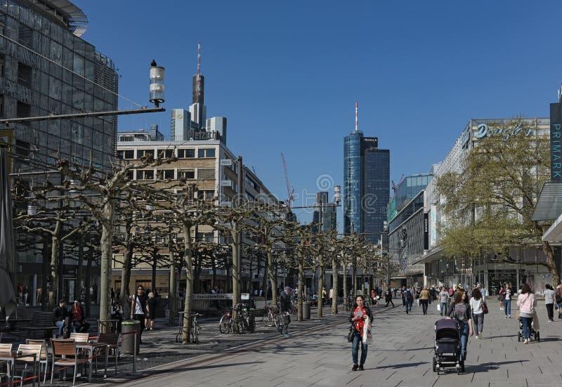 La gente camina por la mañana en la zona peatonal Zeil en Frankfurt-am-Main, Alemania foto de archivo