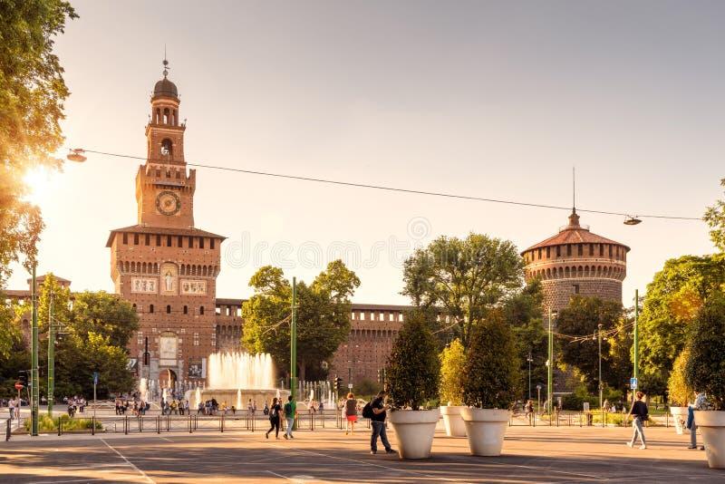 La gente cammina accanto a Sforza Castel, Milano, Italia fotografia stock libera da diritti
