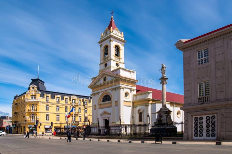 La gente cammina al quadrato centrale di Punta Arenas, Cile fotografia stock