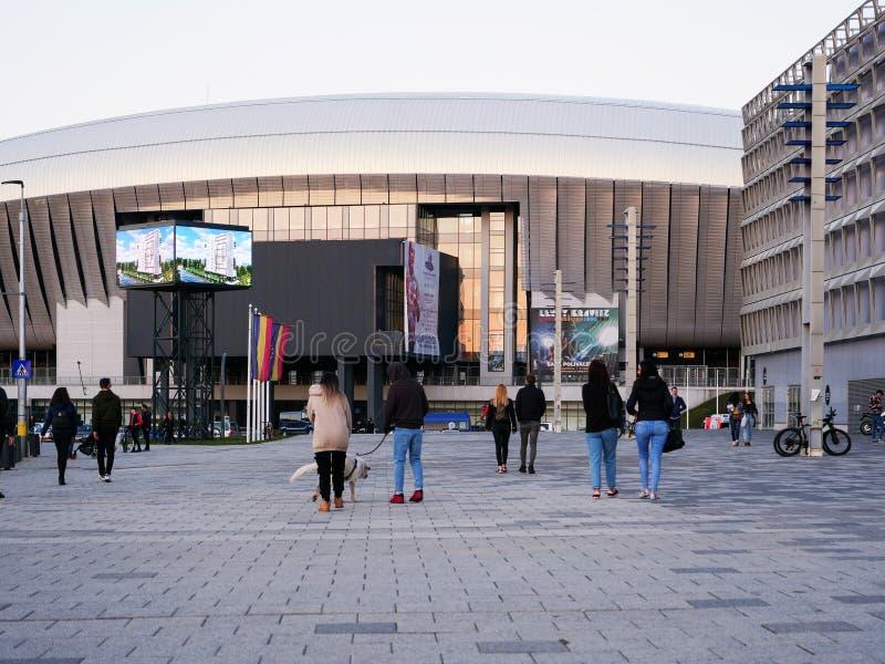 La gente cammina davanti allo stadio dell'arena di Cluj fotografie stock libere da diritti