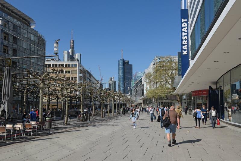 La gente cammina di mattina sulla zona pedonale Zeil a Francoforte sul Meno, Germania fotografia stock