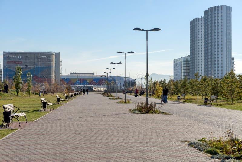 """La gente cammina lungo il viale del  di Park†del """"Dream contro il contesto del  """"Crystal di Arena†del palazzo del ghiac fotografia stock"""