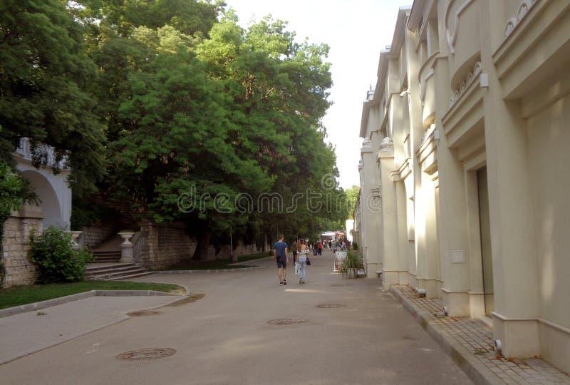 La gente cammina lungo il vicolo costiero a Varna fotografie stock