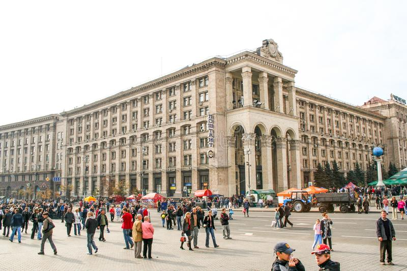 La gente cammina lungo Khreschatyk la via principale della c ucraina immagine stock