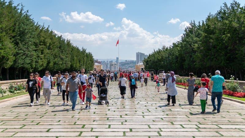 La gente cammina lungo la strada dei leoni per raggiungere il mausoleo di Anitkabir di Mustafa Kemal Ataturk fotografie stock