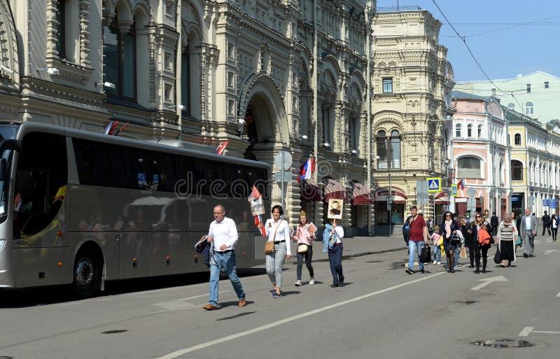 La gente cammina lungo la strada di Mosca Ilyinka fotografia stock