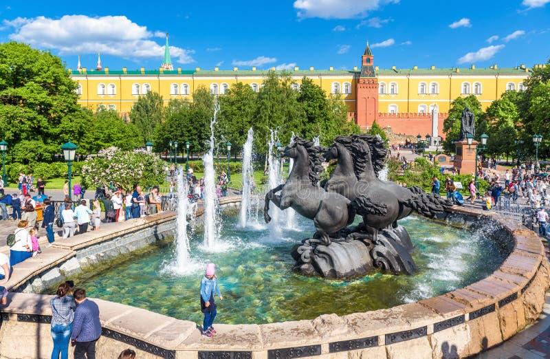 La gente cammina sul quadrato di Manezhnaya di estate Mosca, Russia fotografie stock