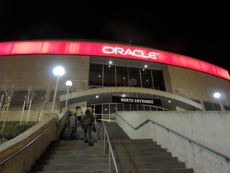 La gente cammina sulla cassa della scala all'arena di Oracle immagini stock