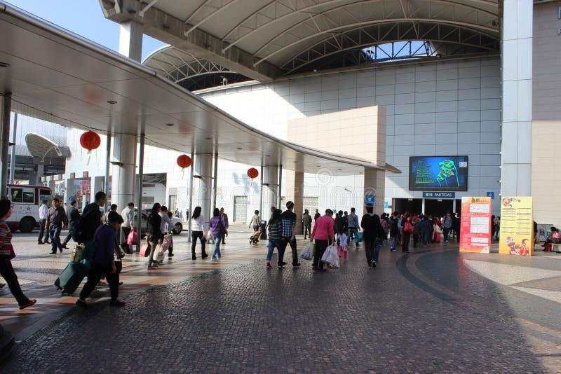 La gente camminando verso l'abitudine fra Macao fotografia stock libera da diritti