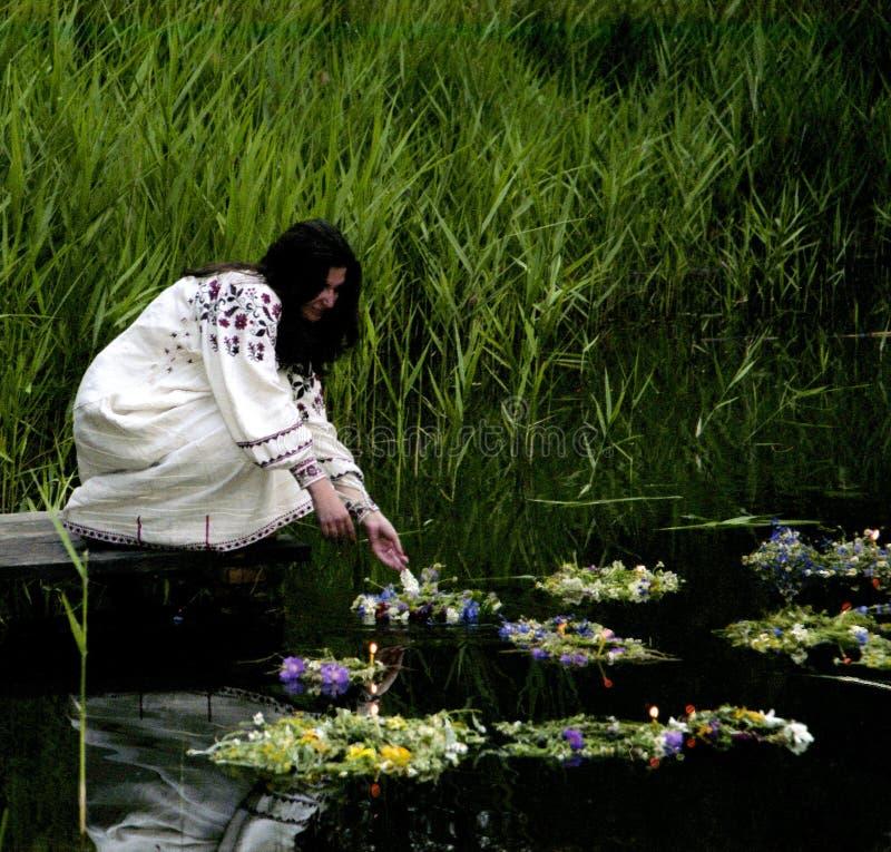 La gente celebra el día de fiesta de Ivana Kupala en la naturaleza natural foto de archivo