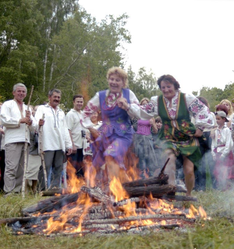 La gente celebra el día de fiesta de Ivana Kupala en la naturaleza natural foto de archivo libre de regalías