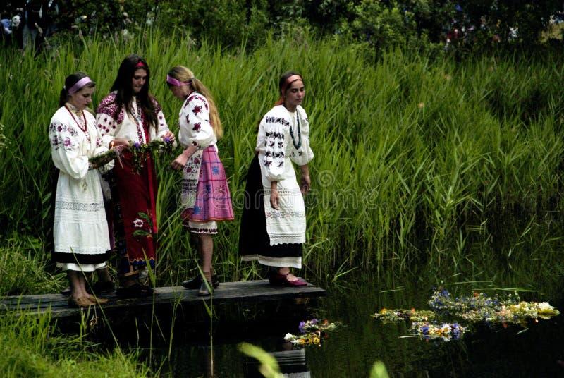 La gente celebra el día de fiesta de Ivana Kupala en la naturaleza natural imagenes de archivo