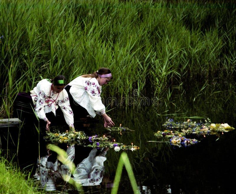 La gente celebra el día de fiesta de Ivana Kupala en la naturaleza natural fotos de archivo