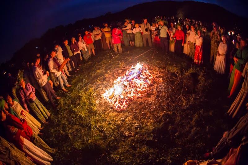 La gente celebra el día de fiesta y la danza del ruso adentro imágenes de archivo libres de regalías