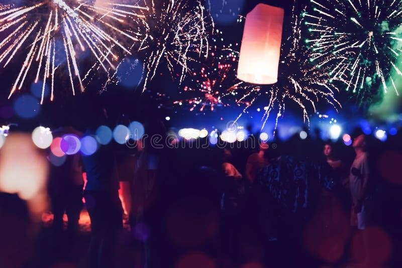 La gente celebra A?o Nuevo Los fuegos artificiales circundan la falta de definición Colorido en la celebración fotos de archivo