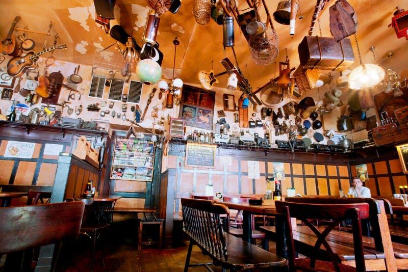 La gente cena dentro il ristorante accogliente immagini stock libere da diritti