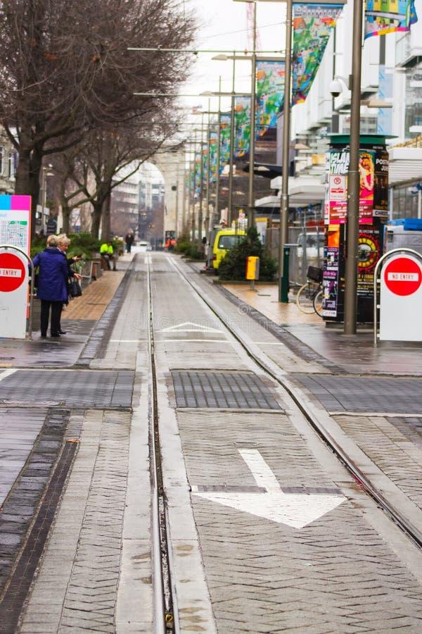 La gente che aspetta il tram sulla via di Cashel, Christchurch, Nuova Zelanda immagini stock