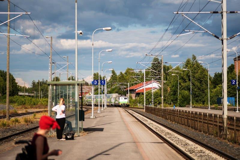 La gente che aspetta il treno nella stazione di Vammala, Finlandia immagine stock