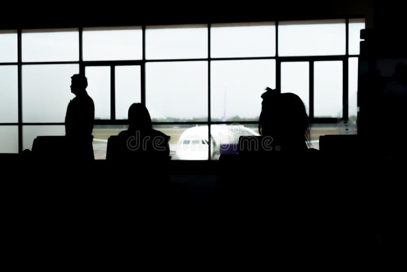 La gente che aspetta l'aereo all'aeroporto fotografia stock