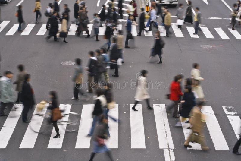 La gente che attraversa la via fotografie stock libere da diritti
