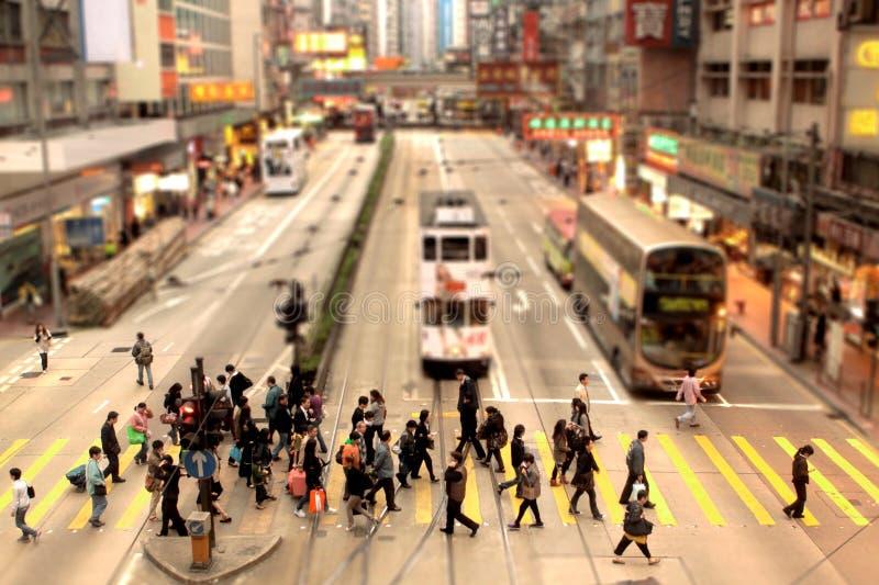 La gente che attraversa un vicolo pedonale in Hong Kong fotografie stock