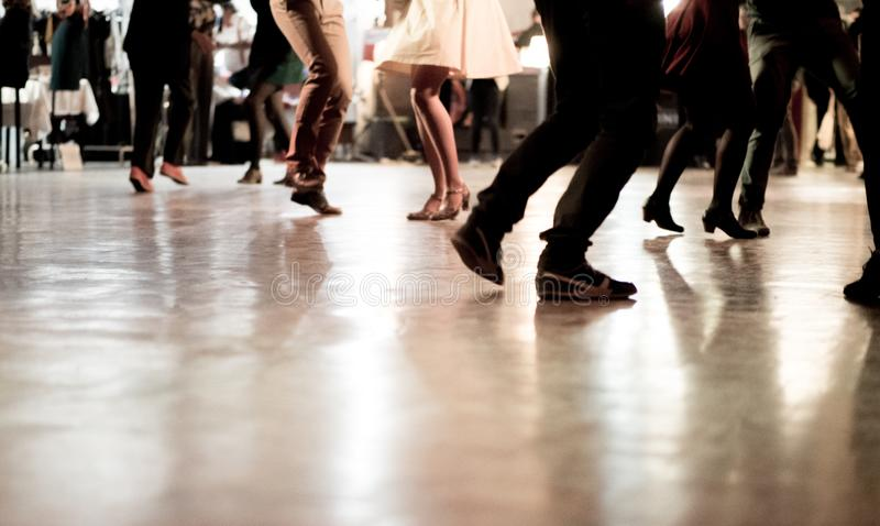 La gente che balla al partito di musica fotografie stock