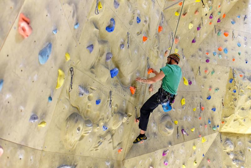 La gente che bouldering in un corridoio rampicante - sport dell'interno immagini stock libere da diritti