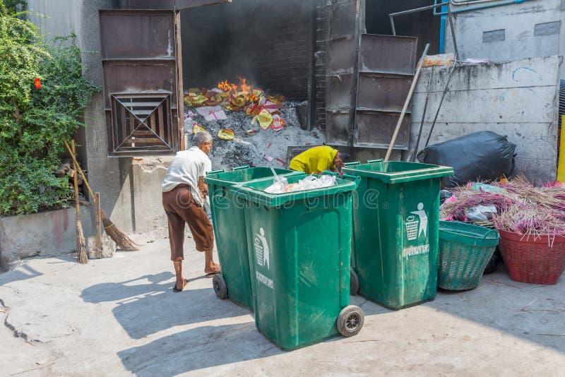 La gente che brucia i materiali dei soldi e della carta del fantasma nel tempio di Leng Noei Yi fotografia stock