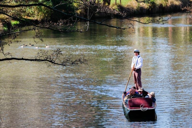 La gente che calcia sul fiume Christchurch di Avon fotografia stock libera da diritti