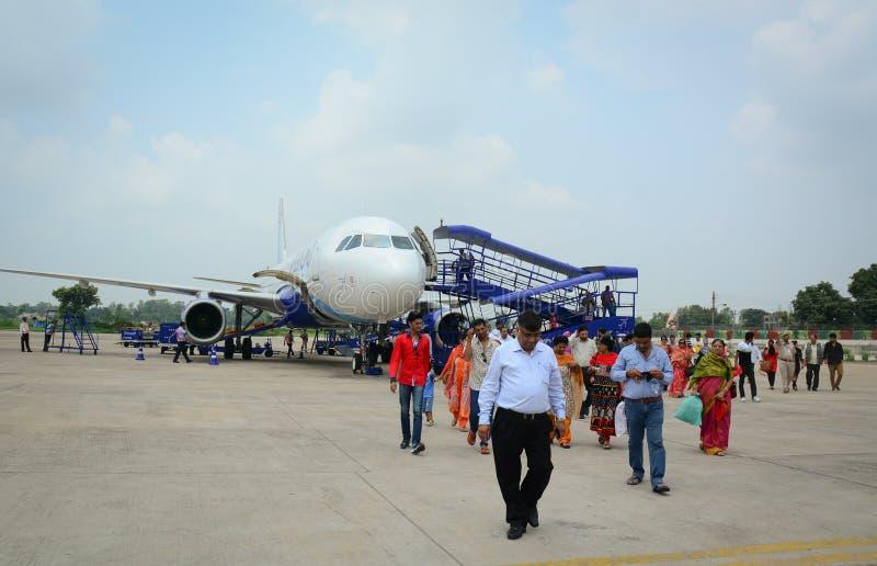 La gente che cammina all'aeroporto a Srinagar, India fotografia stock