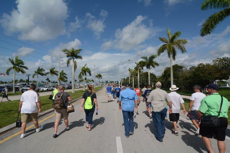 La gente che cammina alla corsa di NASCAR fotografia stock