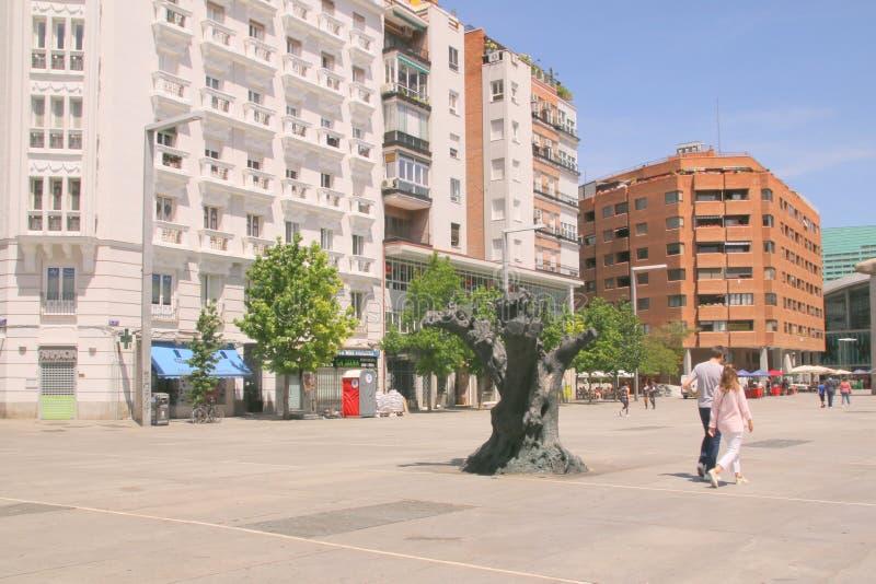 La gente che cammina attraverso la plaza a Madrid, Spagna fotografie stock libere da diritti