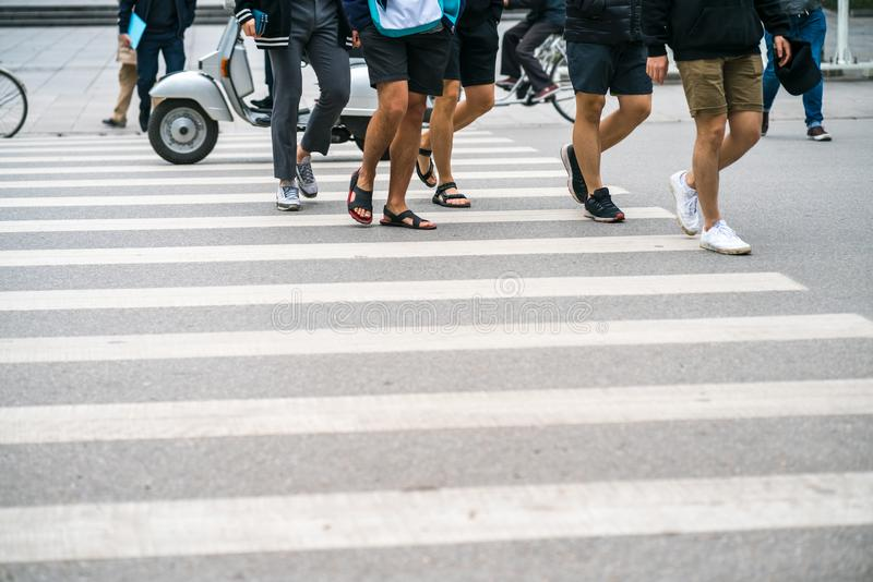 La gente che cammina attraverso una via a Hanoi, Vietnam closeup fotografia stock libera da diritti